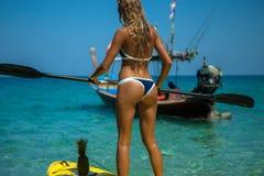 Un rowing de la muchacha en un kajak Imagen de archivo