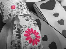 Un ruban avec des coeurs et des fleurs Photos stock