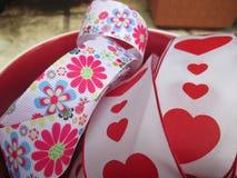 Un ruban avec des coeurs et des fleurs Photo stock