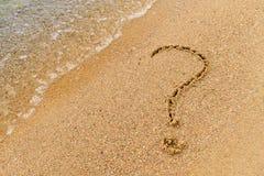 un símbolo de la pregunta en la arena fotografía de archivo libre de regalías