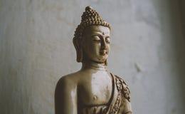 Un símbolo del budismo Figura de Buddha que se sienta Fotografía de archivo
