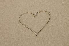 Un símbolo del corazón en la playa arenosa Fotografía de archivo