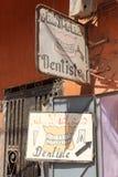 Un ` s del dentista firma adentro una pequeña ciudad en Marruecos foto de archivo