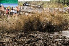 Un ` s del vehículo que compite con en fango durante una competencia que compite con campo a través imágenes de archivo libres de regalías