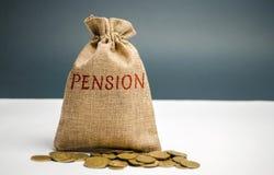Un sac avec l'argent et la pension de mot Paiements de pension Aide de l'état Argent d'accumulation et de économiser Accumulation photos libres de droits