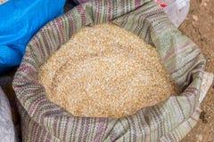 Un sac de grains thaïlandais de riz sur le marché de produits frais Photos libres de droits