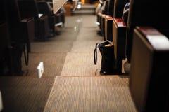 Un sac sur des stariways dans un théâtre Photographie stock libre de droits