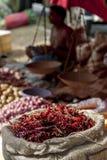 Un sacco che contiene i peperoncini rossi rossi da vendere nello Sri Lanka fotografia stock libera da diritti