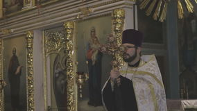 Un sacerdote en la iglesia lee un rezo