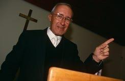 Un sacerdote en una iglesia en Suráfrica. imagenes de archivo