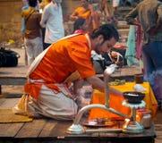 Un sacerdote hindú realiza el ritual de Ganga Aarti en Varanasi. Imágenes de archivo libres de regalías