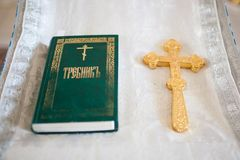 Un sacerdote lleva a cabo una cruz Imágenes de archivo libres de regalías