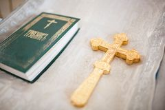 Un sacerdote lleva a cabo una cruz Imagenes de archivo