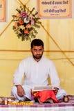 Un sacerdote que lee una escritura hindú imágenes de archivo libres de regalías