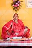 Un sacerdote que lee una escritura hindú fotografía de archivo libre de regalías