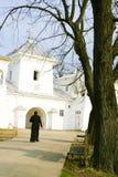 Un sacerdote que recorre a la iglesia imágenes de archivo libres de regalías