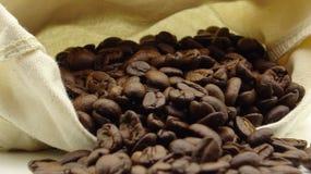 Un saco con los granos de café asados fotografía de archivo libre de regalías