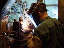 Un saldatore che funziona alla fabbrica Immagini Stock Libere da Diritti