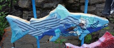 Un salmone di legno dipinto su esposizione nei territori di Yukon Fotografie Stock Libere da Diritti