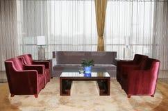 Un salone con il sofà Fotografia Stock Libera da Diritti
