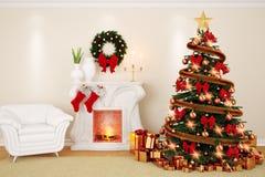 Un salone di decorazione a tempo di Natale con il camino, abete Fotografia Stock Libera da Diritti