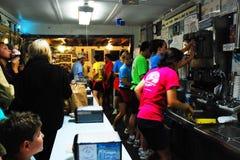 Un salone di gelato occupato fotografia stock libera da diritti