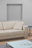 Un salone minimalista moderno con il sofà di cuoio fotografia stock