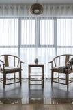 Un salone moderno ordinato e comodo fotografia stock libera da diritti