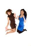 Un salto felice delle due ragazze Immagini Stock