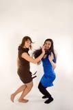Un salto felice delle due ragazze Fotografia Stock