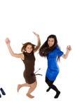 Un salto felice delle due ragazze Fotografia Stock Libera da Diritti
