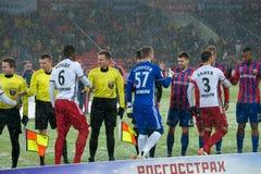 Un saluto teams sul gioco di calcio Fotografia Stock Libera da Diritti