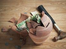 Un salvadanaio rotto con le banconote del riyal della saudita e di un martello e le monete 1 Fotografia Stock Libera da Diritti