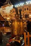 Un samovar enorme en el ` s de la Navidad y del Año Nuevo justo en el fondo de la tienda universal adornada de la tubería ENGOMA Foto de archivo libre de regalías
