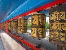 Un santo rueda adentro el monasterio de Rumtek cerca de Gangtok Sikkim, la India, 20 imagenes de archivo