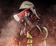 Un sapeur-pompier s'est habillé dans un uniforme dans un studio photographie stock libre de droits