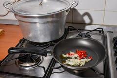 Un sartén en la cocina Fotos de archivo
