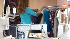 Un sarto della donna sta ballando con un manichino di cucito stock footage
