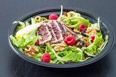 Un sashimi de thon avec de la salade, la framboise et l'écrou frais Image stock