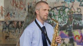 Un sassofonista gioca il sassofono archivi video