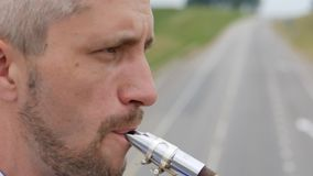 Un sassofonista gioca il sassofono stock footage