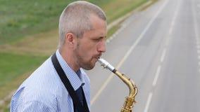 Un sassofonista gioca il sassofono video d archivio