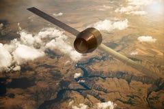 Un satellite che orbita la terra Immagini Stock