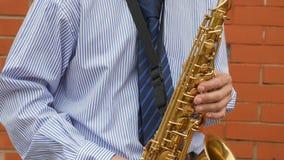 Un saxofonista toca el saxofón almacen de metraje de vídeo