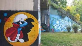 Un schtroumf en un paisaje del arte de la calle Fotografía de archivo