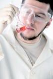 Un scientifique travaillant dans un laboratoire Photo stock