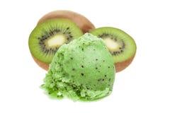 Un scoop de crème glacée de kiwi avec des kiwis d'isolement sur le fond blanc images libres de droits