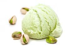 Un scoop de crème glacée de pistache avec des pistaches d'isolement sur le fond blanc photos libres de droits