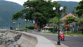Un scooter fonctionnant sur la rue rurale en île de Dao d'escroquerie banque de vidéos