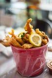 Un seau délicieux de fruits de mer servi Images stock